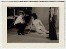 NUDE MODEL AT PHOTOGRAPHER'S STUDIO / AKT MODELL NACKT * Vintage 60s Photo