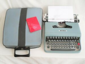 Vintage OLIVETTI LETTERA 22 TYPEWRITER in Good Working Order with Instructions