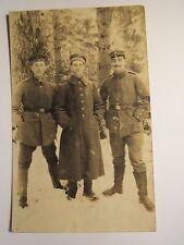 3 Soldaten in Uniform stehen im Schnee - Schulterklappe mit K Kraftfahrer ? Foto