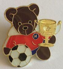 K Teddy Bear Winning Trophy Football Pin Badge Rare Soccer Memorabilia (E3)
