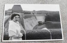 Altes originales s/w Foto,  Hübsche Frau am Staudamm