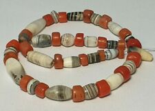 A STRAND OF ANCIENT KING SOLOMON AGATE AND ANTIQUE NATURAL CORAL BEADS (22cm)