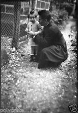 Prêtre en soutane & enfant - Ancien négatif photo an. 1940