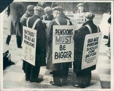 1938 British Old-Age Pensioners Demonstrate St Paul's Cathedral  Press Photo