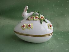 Schöne Herend Bonboniere in Ei-Form mit figürlichen Hasen und Blumen