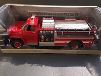 GMC Heavy-Duty Fire Truck Highway61 Feuerwehr 1:16 + 4 Figuren 1:18 Neu in OVP