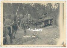 Foto Russland-Feldzug abgeschossener russischer Panzer/Tank    2.WK (Q756)