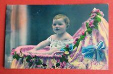 CPA. Bébé. Berceau multicolore. Bonne Année.
