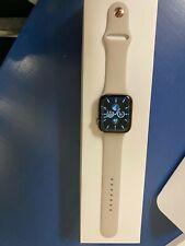 Apple Watch Series 4 44mm Edelstahlgehäuse in Gold mit Sportarmband in Stein...