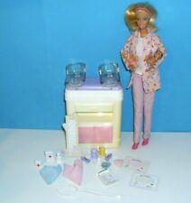 %**Barbie Happy Family Kinderärstin,2 Babys,Behandlungstisch,Kleidung,Zubehör**%