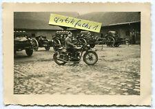 Foto : WH-Soldat mit Beute Krad-Motorrad Typ ??? im 2.WK