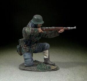 BRITAINS WORLD WAR 2 GERMAN 25116 GERMAN GRENADIER KNEELING FIRING K98 RIFLE