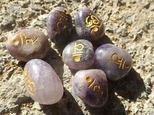 Conjunto de 7 Chakra Piedras ~ Amatista Tumble GRABADO SÁNSCRITO símbolos ~ Con Bolsa
