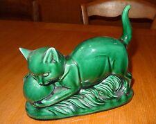 Ancienne tirelire en céramique chat jouant avec une balle