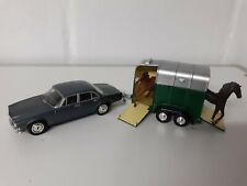 Vanguards 1/43 VA08602 Jaguar XJ6 4.2 S1 + Towing Horse trailer horses rare