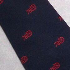78 D vintage con Cravatta club associazione Blu Scuro Rosso STEMMA EMBLEMA LOGO AZIENDALE 1970 S