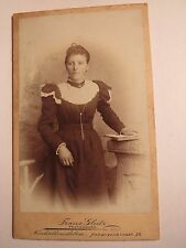 Neuhaldensleben - stehende jung Frau im Kleid mit Buch - Kulisse / CDV