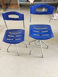 Sedia in plastica blu con altezza regolabile