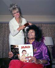 JIMI HENDRIX GETS HAIR STYLED WHILE READING MAD MAGAZINE - 8X10 PHOTO (ZZ-718)