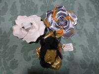 lot 3.fleurs  broches,, lamé doré  . tailleur ,chapeaux etc