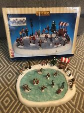 2009 LEMAX VILLAGE SKATING POND WITH SOUND AND 18 FIGURES / CHRISTMAS SCENE