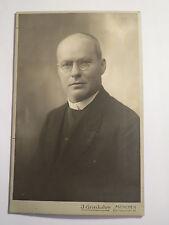 München - Schmalholz ? Pfarrer in Kluft - Brille - Portrait - benannt / KAB