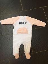 Baby dior filles peach & blanc épais all in one sleepsuit 0-3 mois entièrement neuf sans étiquette