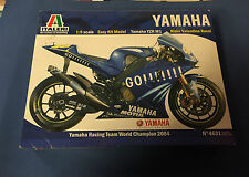 Italeri Yamaha YZR M1 Easy Kit Model E:1/9 Yamaha Racing Team WC 2004, Nuevo