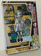 Monster High LAGOONA BLUE Mad Science Classroom Doll Series & 3 EYED FROG Rare !