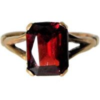 a wonderful 9ct Gold Ring with Octagon Cut Garnet 2.50 ct.