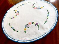 """VINTAGE HAND EMBROIDERED Off White LINEN TABLE CENTRE DOILEY 17"""" DIAMETER"""