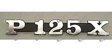 """5768 TARGHETTA """"P125X"""" COFANO LATERALE SIM.ORIG 181327 VESPA PX 30 ANNI 125 2007"""