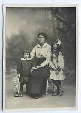 PHOTO FAMILLE MERE et ENFANTS avec JOUET CHEVAL DE BOIS M642