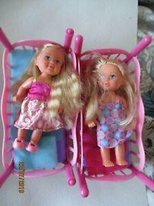 2 Puppen mit Betten ( Hochbett )vorne befinden sich Enten
