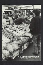 MORTAGNE (61) MARCHAND de FRUITS devant Commerce PRISUNIC au Marché en 1988