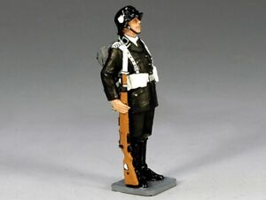 King & Country LAH118 WWII - Berlin 38 German LAH At Attention with Rifle 1:30