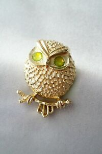 """70""""s Vintage Sarah Coventry Spooky Green Eyed Owl Textured Gold Tone Brooch"""
