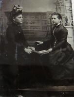 TINTYPE PHOTO OF 2 LOVELY YOUNG WOMEN HAVING TETE-E-TETE LOOKING AT PHOTO ALBUM