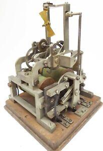 Antikes elektromechanisches Uhrwerk Electromechanical clockwork anno 1920