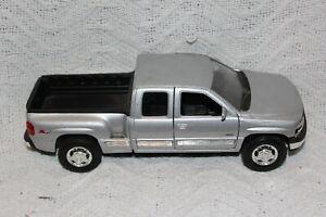 WELLY 1999 CHEVROLET SILVERADO EXTENDED CAB Silver 1:24 Scale Diecast Replica