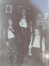 ANTIQUE AMERICAN BEAUTIES GYPSY DRESS TINTYPE CABINET CARD BACKGROUND TRI PHOTO
