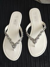 WIDE FIT White & Silver Jewel Flip Flops Sandals Flat Shoes Size 5 - NEW