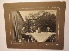 Frauen und Männer im Garten beim Kaffee Trinken - Hund / KAB