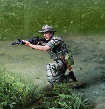 COLLECTORS SHOWCASE VIETNAM WAR CS01042 GREEN BERET LRRP KNEELING FIRING CAR MIB