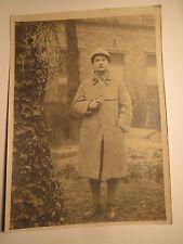stehender Soldat in Uniform - Mantel - mit Helm und Pfeife / Foto