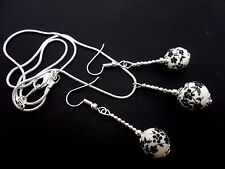 A PRETTY BLACK/WHITE  PORCELAIN FLOWER BEAD NECKLACE AND  EARRING SET. NEW.