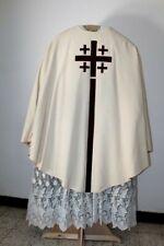 Chasuble gothique de prêtre blanche décor de croix milieu XXe