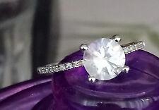 Solitario, anillo de compromiso de oro blanco con un gran topacio y diamantes.
