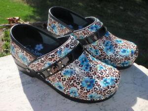 Sanita Koi Panther Leopard Spot BLUE FLOWERS NWOB EU 36 US 5 5.5 NURSING CLOG