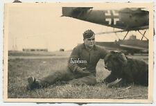 Foto Flugzeug / Airplane Mechaniker mit Hund (9040)